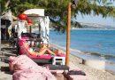 Bar tại Mũi Né địa điểm khách du lịch phơi nắng sát bờ biển trên gối hơi